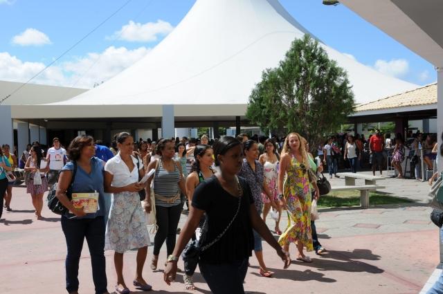 Candidatos chegam para a prova do Concurso 001/2012