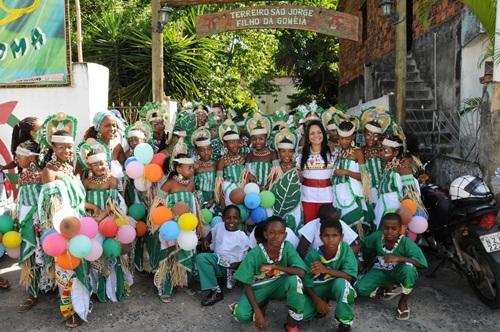 Moema e integrantes de uma das alas do Bloco Afro Bankoma.