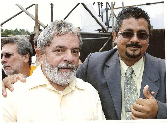 Ex-Presidente Lula em sua passagem pela Itinga, Lauro de Freitas, em maio de 2008, ao lado do então Secretário de Governo e autor do Blog, Apio Vinagre